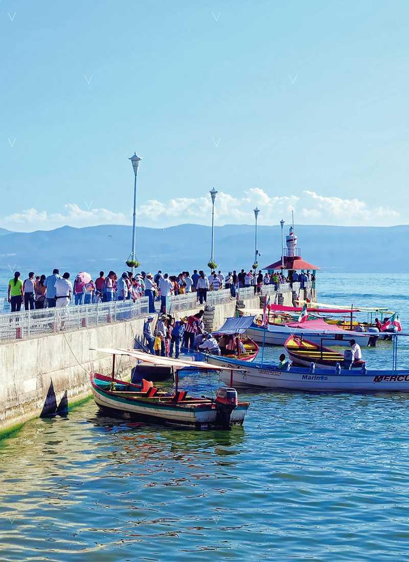 lago de chapala muelle con visitantes y lanchas de paseo